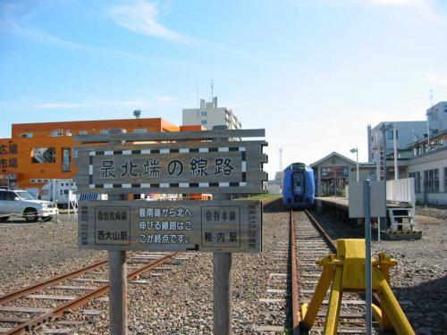 稚内駅の北側にある「最北端の線路」の看板。ここが線路の終わりです。<br />(9/9)
