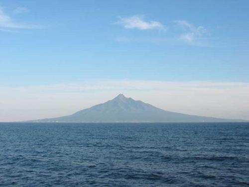 出港から1時間半、今日はいい天気なので利尻富士が間近に見えます。<br />やっと帰ってきたぞー!<br />(9/9)