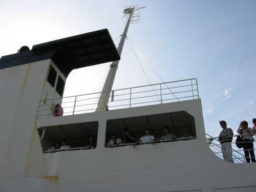 翌朝、朝イチの船便で稚内に戻る人のお見送りです。<br />歌って踊って、船が見えなくなるまで「いってらっしゃーい」と叫び続ける、桃岩荘のお見送り。<br />他のお客さんも興味津々です(笑)<br />(9/10)