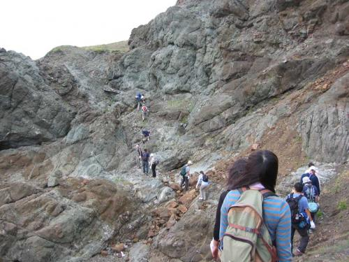 これまでの山道と打って変わり、急に断崖を歩く難コースになります。<br />風も強く、気をつけて歩かないと滑り落ちそうになります。<br />(9/10)