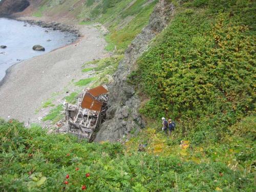 下の廃屋近くが昼食ポイントで、桃岩荘では「ガンダーラ」と呼ばれています(笑)<br />また道なき道を下っていきます。<br />(9/10)