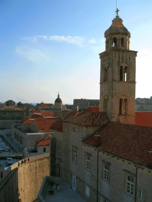 ←◆『プロチェ門を入ってすぐの城壁のを登ると・・♪』<br /><br />係員に確認すると「19時半頃まで、日が暮れるまでは大丈夫だよ」との事で、安心して城壁への階段を頑張って登ると・・まず、ドミニコ会修道院の塔が真近に見えました♪<br /><br />陽射しも段々と夕陽になって来ているようでしたが・・まだまた暑かったので、登る途中ゼイゼイ言っちゃいました(^_^;<br /><br />あ・・でも結局この「ドミニコ会修道院」に1度も寄ってない事に今頃になって気がついちゃいましたよ>とほほ(T○T)