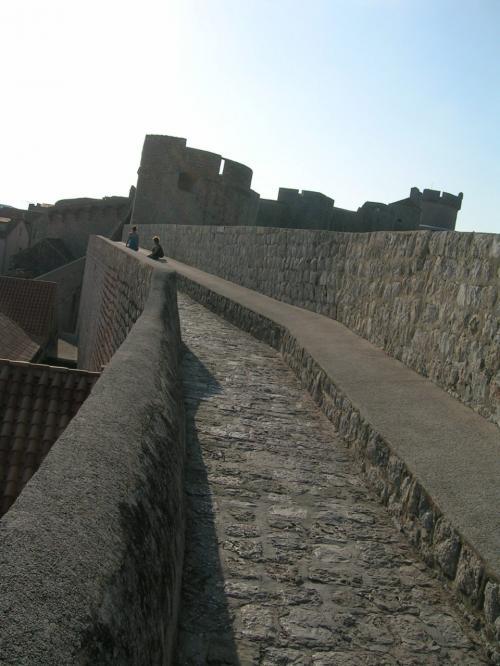 ←◆『プジェ門の上からミンチェッタ要塞への道♪』<br /><br />では皆さんも一緒にドブロブニク城壁ツアーをしましょう♪<br /><br />まずはレヴィン要塞の所から、プジェ門の上の城壁の上をミンチェッタ要塞へ続く道を進んで行きますよ〜(^○^)/<br /><br />おおーっと!こ、これは、うっ・・コ、コワいですよ〜!<br /><br />ここの部分はかなり緩いスロープでしたが、そこまでに階段を多く登った後で、これでも結構足に効いちゃう( ̄◇ ̄;)<br /><br />せっかくシャワーも浴びてスッキリして出直したのに・・<br />城壁に出て、まだ数分・・既に汗だく状態でしたよー(^_^;