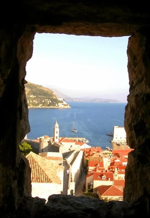 ←◆『城壁の途中に見える景気は・・まるで絵画♪』<br /><br />そして城壁の途中に、所々ポッカリ岩の窓か空いてて<br /><br />中には、ロクルム島と海と、海を行く船と、<br /><br />ドブロブニクの街の赤い屋根が見えて・・<br /><br />私が全く想像もしていなかった様な「絵」がありました!<br /><br />素晴らしい見晴らしとは別に「景色を切り取ったかのような素晴らしい絵」を見せてくれていたんですよー(^○^)/<br /><br />思わず写真を撮ってから・・何度もそこを覗きこみつつ・・<br />「うーん」と、何度も首を振りながら・・唸ってしまいました!<br /><br />この街は・・「何処を切り取っても美しい!」って事です(笑)