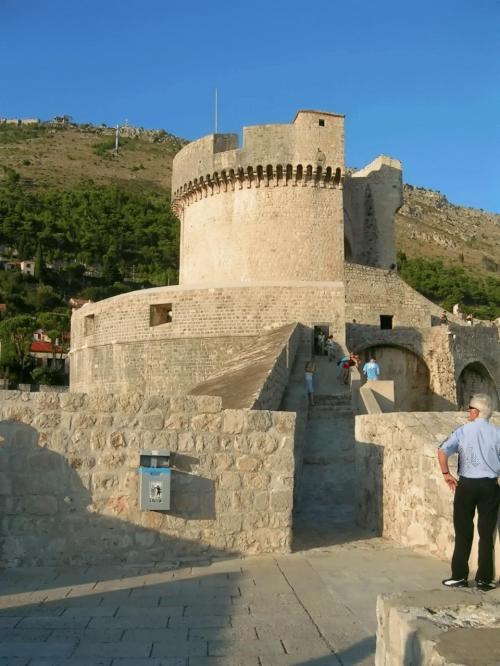 ←◆『一番高い位置にあるミンチェッタ要塞♪』<br /><br />さて、そろそろ頑張って一番高い位置にある「ミンチェッタ要塞」まで登って見ましょうか?<br /><br />この要塞は、登る途中でかなり細くなった階段もあって、登りるのに、上から降りて来る人達と「至近距離」で、すれ違う事になるんですが・・<br /><br />前を歩いてた5.6人の若い男の子が、あまりの暑さに、おもむろに着てたTシャツを脱ぎ始めて・・ビックリ(^^)<br /><br />おい、おーい( ̄◇ ̄;)<br />なにも・・ここで脱がなくても、ねぇ〜(^_^;<br /><br />で、先に上に登って行ったので、慌てて私も登りました!<br />だ、だって、私はあの狭い階段ですれ違いなく無いモン!