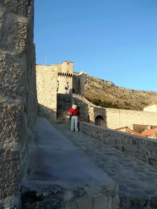 ←◆『ピレ門の上から見たスルジ山とミンチェッタ要塞♪』<br /><br />ミンチェッタ要塞を振りかえって見ると、軽いスロープでしたが「随分と下に降りたんだな〜」という事が確認できました。<br /><br />城壁の落ちる影もかなり濃くなっていて・・街の上を吹く風も、とても涼しくて、この城壁の縁に座って、しばらく街を見ていましたっけ(^_^;<br /><br />実は、またまた右足首がズキズキしていて・・( ̄◇ ̄;)<br /><br />まったく!私の足は・・<br />一体どーなってしまったんだか(T○T)<br /><br />スルジ山を見上げ、暫くは風の音だけ聞いていました〜☆