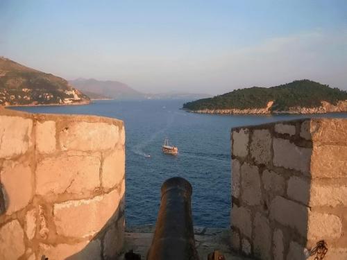 ←◆『城壁の砲台の間から見たロクルム島♪』<br /><br />海側の城壁は風も強かったので、ダダーっと突破して(笑)<br />ロクルム島が見える位置にあった砲台の間からは、ちょうどフェリーが通りすぎる姿があって・・思わず、パチリ♪<br /><br />城壁をもう少し先に行くと、聖イヴァン要塞に出ます!