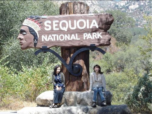 セコイア国立公園の入り口にて記念写真 <br />ここから世界一巨大樹セコイアの森へと入っていきます <br />