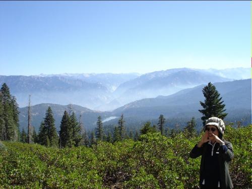 ヤッホー <br />ここはキングスキャニオン国立公園です <br />後方に Hume Lake そしてキングスキャニオンの谷間が見えてます <br />