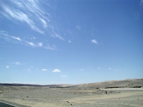 莫高窟へは、敦煌市の南東25km先にあります。<br />まずは東へ向かって新疆ポプラや商店、ホテルがある空港への道を10km進み、空港手前で右折。<br />そこからは戈壁灘という硬い砂地の広原の真ん中を15km程進みます。<br /><br />三危山と鳴沙山の繋ぎ目が確認出来る頃、遠くに突然緑地帯が見えてきます。<br />画像真ん中辺りに見えていますね。<br />飛天雲も一緒に同じ方向へ向かっている感じ。
