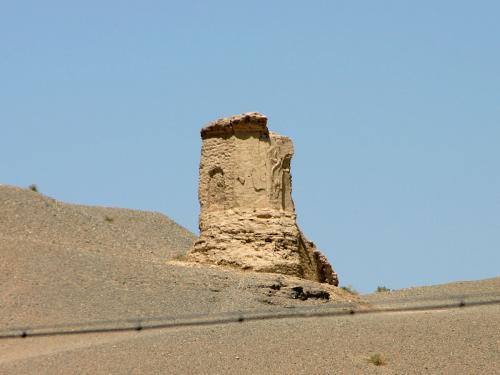 駐車場から見える鳴沙山砂漠上にある狼煙台です。<br />アップで見ると壁面に彫刻が施されていたんですね。爺ぃの息子持参のEOS KISS搭載の300mmレンズで初めて見ました。