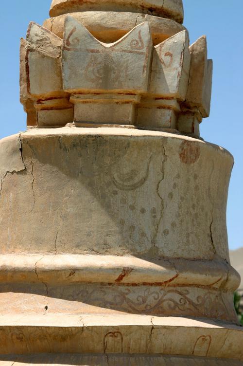 よく見ると、幾つかの墓標塔には、施されている絵が残っている。