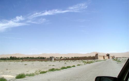 敦煌への戈壁灘道を走っていると、右手に地肌がクリーミーな鳴沙山が見えてきた。<br />そして暫くすると、敦煌古城の案内掲示がある。すぐかと思うけど中々脇道がない。<br />すると右へ曲がるT字路に差し掛かる。ここには掲示も標示もない。<br /><br />曲がると見えてくるこの光景。<br />