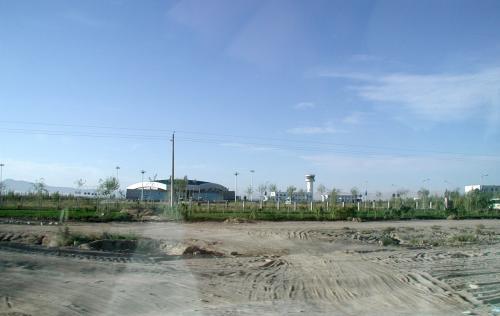50k?位の敦煌市なので、ちょこっと走ると郊外になる。<br />ここは市内から10kmほど走って来て、敦煌空港を過ぎた所。<br />空港の回りはこんな感じで、何もない戈壁灘のまま。<br />