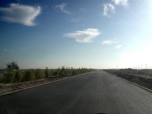 空港を過ぎると新しい道路。真っ直ぐ続くこのアスファルトに感激。<br />80kmだよな、なら1時間前後で到着するのかな?<br />嘉峪関から敦煌までの道が良くないとは聞いているものの、実際にはどの区間なのかは全く知らない。<br />相変わらずのおかしな形の雲が、何かを物語っているかのよう・・・<br />