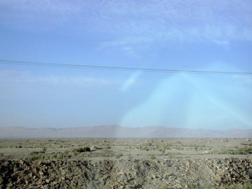 脇に見える祁連山脈の最西端、三危山。<br />その手前の戈壁灘には、地元人のお墓が沢山。(三角錐型の盛り土がそう)<br />
