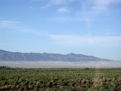 9時になった。<br />景色が余り変わらない。でも何故か戈壁灘に緑が多くなっている。<br />