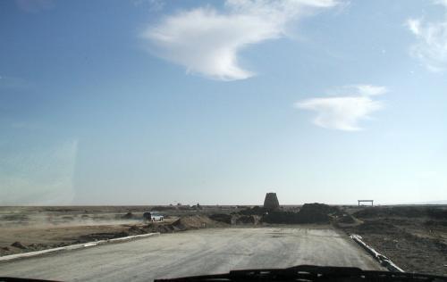 ・・・と思いきや、ここで道は終わっている。<br />そうそう、そう言えば、嘉峪関から安西を抜けて敦煌へ来る道は、工事中だと聞いていたっけ。<br />去年もそう言っていたし、いい加減時間が掛かりすぎでは??<br />あ!パジェロが砂塵を巻き上げて走行している!ダートトライアルに突入したようだ。<br />
