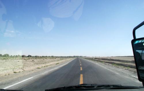 あ!前方に緑地帯が。<br />2時間以上灰色地帯を走行していたので、なんだか嬉しい景色。<br />