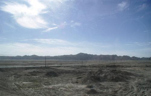道は大きく右に曲がり、画像にある道に入って祁連山の方向を目指す。