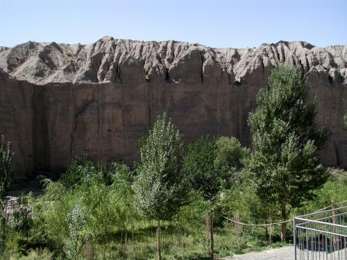 そこから見える南壁。<br />こんな険しい感じの溝を発見した僧侶達が、良く石窟を築く気になった・・・と感心するコトしきり。