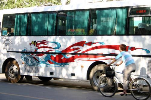 バス停に出入りしている観光バスには、こんなデザインの物のあります。<br />飛天の絵は殆どがふとっちょさん。<br />