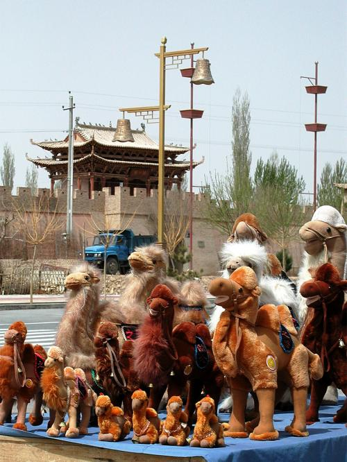 手前の店は、商品は同じでも展示方法が違った。<br />駱駝の大群が、道路に迫り出している。。。<br />これは目立つから「○」。<br />