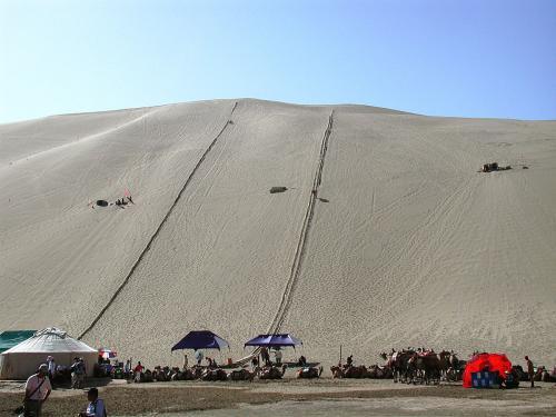 鳴沙山名物「砂滑り」<br />息子夫婦が、後で滑ると言っていた。<br />