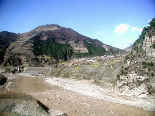 集落が見えています。<br />国道に河、そして肥えた大地が近くにあるので、こうした集落が所々に見えますね。<br />でも、そうでもない所もあったりする。。。<br />中国は奥が深い・・・