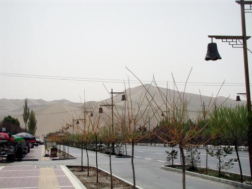 鳴沙山前の道路。