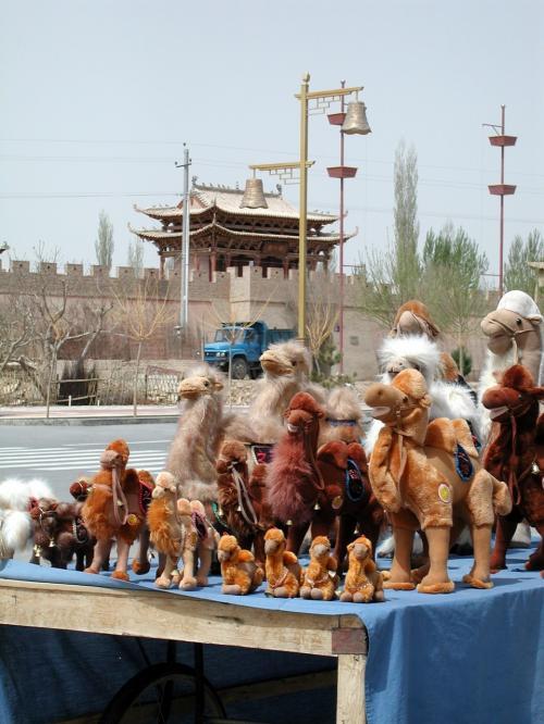 店舗前の駱駝のぬいぐるみ。