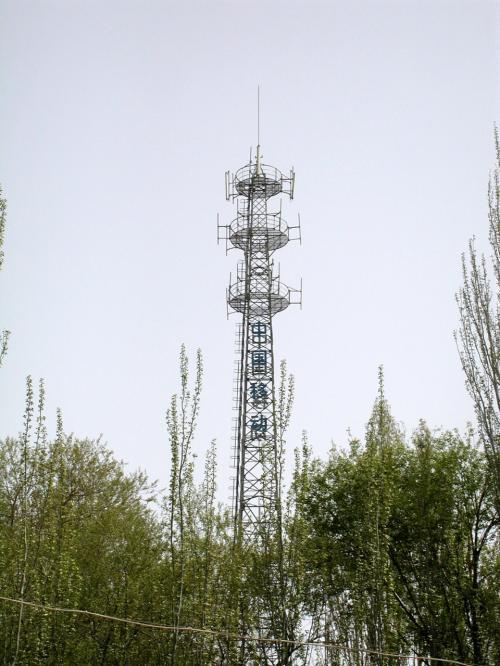 中国移動通信のアンテナ塔がこんな所にもあった。<br /><br />ここは市内から5km離れた郊外。<br />途中にあるものと言えば、町寄りにホテルが2軒。<br /><br />じゃあ、このアンテナは「鳴沙山だけの為」???<br />流石!・・・携帯王国の片鱗を見た・・・