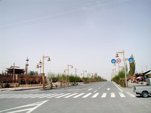鳴沙山前の道路。<br />右。