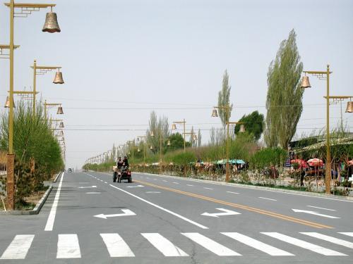 鳴沙山前の道路。<br />左。