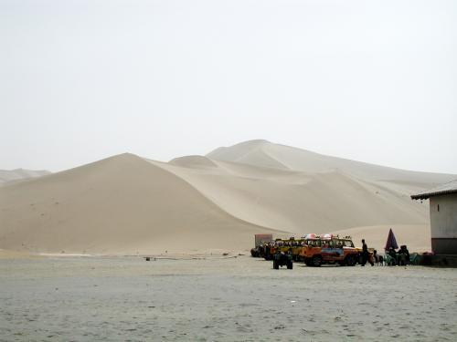 柵の外から鳴沙山を覗く。<br />トイレに向かう為、向かって左側へ歩いて行く・・・<br />(右には観光客用があるが、左側から風景が見たかったので、駱駝飼育場横のばばっちい便所へ。。。)<br />