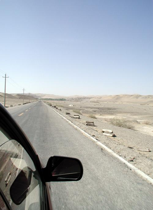 久しぶりに莫高窟へ向かしました。<br />相変わらずの、何もない戈壁灘を駆け抜けるタクシー。<br />先に見えてきた莫高窟の緑地帯。<br />