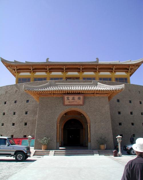 玄関部分です。<br />中国時代劇を見ているような気分にさせられる造りですね。<br />