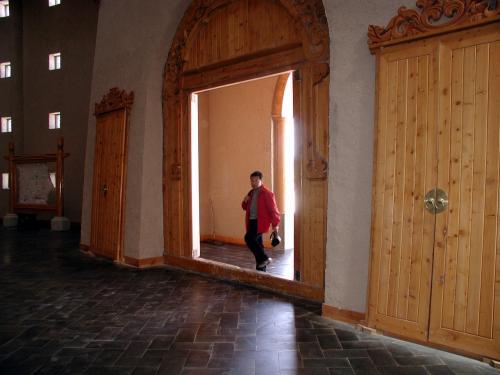 玄関を入ると・・・<br />玄関が、まるで城廓そのものって感じ。<br />大陸の4つ星ホテルでは、こう言う空間は初めて見ました。