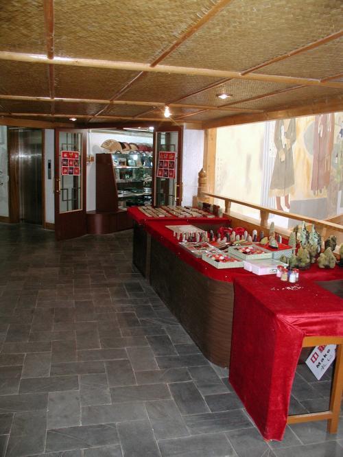 2階にある商場。<br />フロント上の壁画裏は、2階がお店で3階が・・・未使用でした。<br />