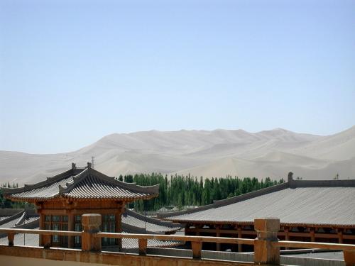 屋上に上ってみた。<br />カフェレストランがある。<br />そこからの鳴沙山の眺め。<br />