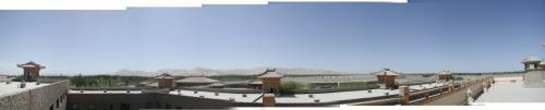 <br /><br />このホテルの魅力は、階上から眺められるこの360度の鳴沙山超パノラマ。夜に来て見てみたい感じがします。<br />その眺めを実サイズ繋ぎのパノラマでどうぞ。<br />繋いだ過程のをそのまま載せて居るので、最終的な仕上げがされていません。<br />こまがパノラマ写真をいつもどのように繋いでるのかが判るかも・・・。(~_~;<br /><br />