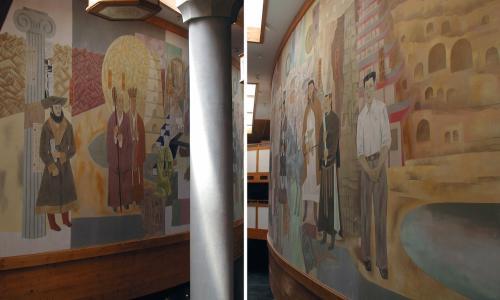 左右それぞれの階上から見た壁画。<br />