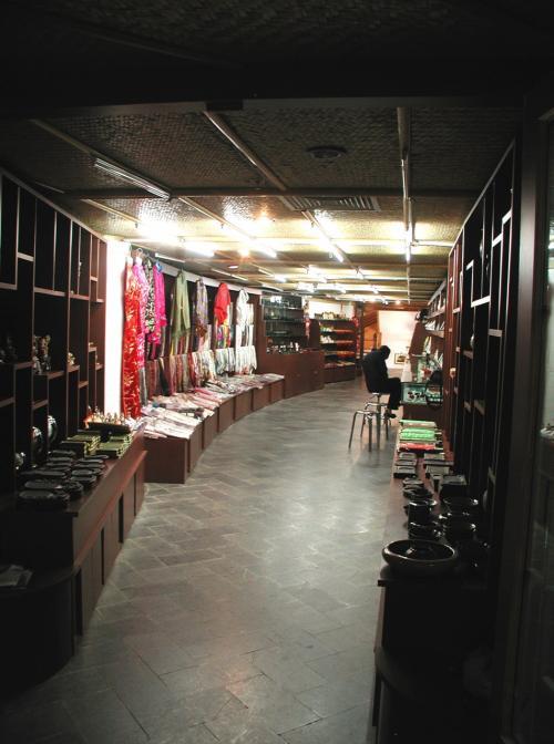 昼間のお店はライトオフで暗い感じ・・・<br />撮影後に我々に気付いて電気を付けてくれた。<br />