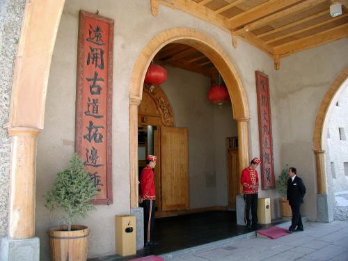正面玄関。<br />服務員が古代風な衣装を纏えば、ホント時代劇そのままって感じになって仕舞うような感覚の造りだ。