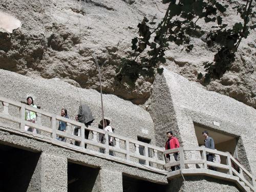 上側の荒い塊は従来の壁、下側の表面が平たい部分は保護用に新設された壁。<br />