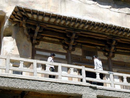 第427窟前で順番待ち。<br />ここは、敦煌莫高窟壁画でも比較的有名な、108人の飛天が飛び交う天井画のある窟です。<br />