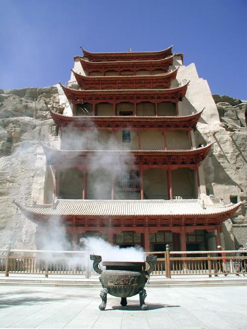 素晴らしい青空に生える第96窟、北大仏殿の9層楼です。<br />ここは、莫高窟の代名詞的な存在で、この9層の楼の中に鎮座している巨大大佛が有名で、高さ35.6m(十八丈)。中国では1番大きな楽山大佛から数え、3番目に大きな大佛です。<br />この大仏を見なければ莫高窟に来たとは言えません。<br />