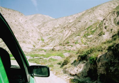 山道は未舗装道路ばかりで、車のハラが擦ってしまうので、恐る恐るゆっくり進む。<br />