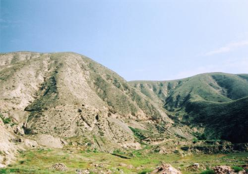 すると、固い岩盤の土地で良く見かける、ヤオトン(窯洞)が見えてきた。<br />これは横穴式の住居だ。<br />あの豪華な市内から20kmも来ていないのに・・・ここには横穴生活者が実在するという。