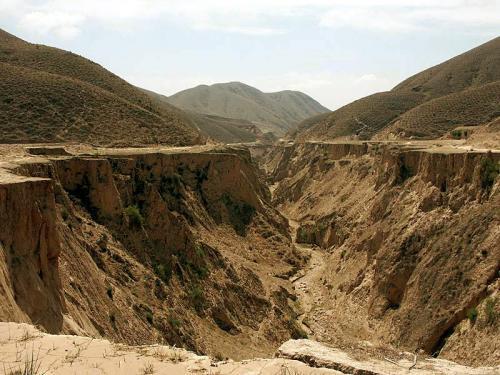すぐ傍にはこんな溝がある。<br />昔は河だったのだろう。<br />しかし、中国西北地区には、この様な枯れた溝地はごまんとある。 <br />